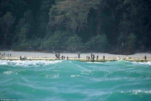 27D0056500000578-3049022-Sentinelese_tribespeople_gather_on_the_shore_of_North_Sentinel_I-a-20_14296317568051-300x201