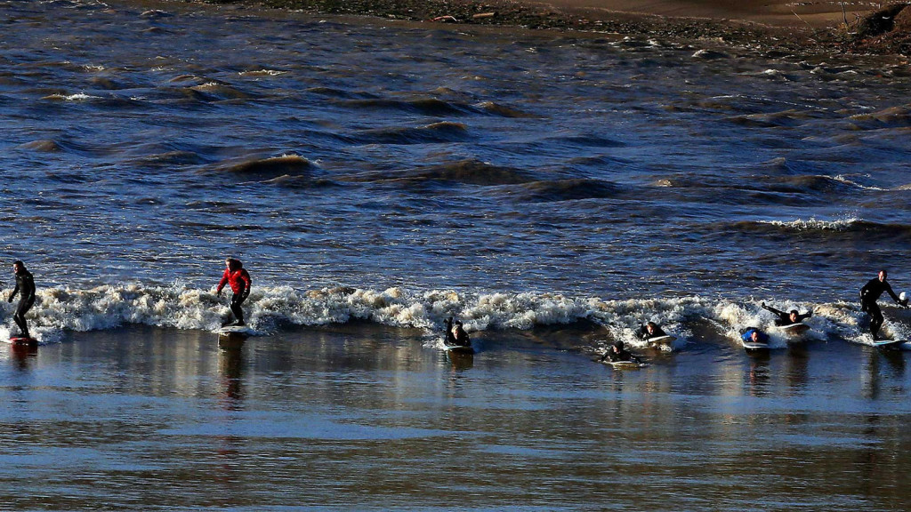 BRITAIN-HIGH-TIDE-WAVE-SURF