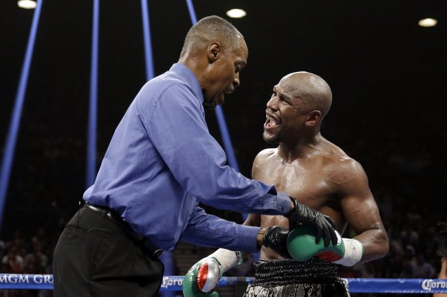 referee pushes floyd mayweather back